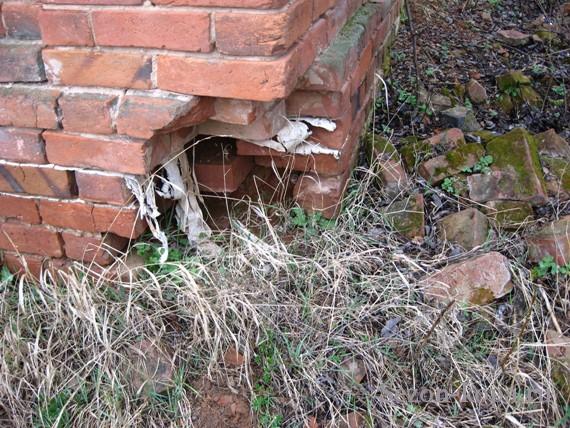 С разбитым углом каменный дом начинает быстро разрушаться